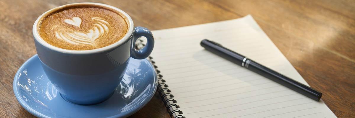 Kaffekopp, block och penna är en bra start på att förbereda sig inför och lyckas på en anställningsintervju