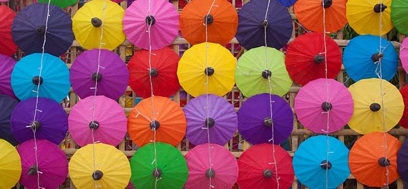Bild med färgstarka paraplyer som illustrerar rekryteringstrenden Kvantifierad kompetens inkl Talent SCORE CARDS och bedömningsmatriser, som TNG tar upp i sin årliga trendspaning 2018.