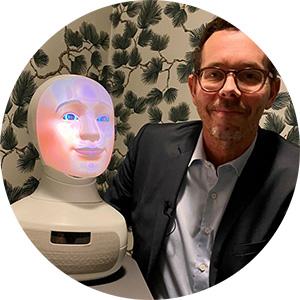 Matts Hansson och intervjuroboten Tengai Foto: Vision