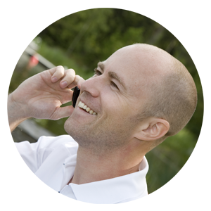 Chef som ringer kontakter i sitt nätverk. Ett av många tips från TNG när du ska söka jobb!