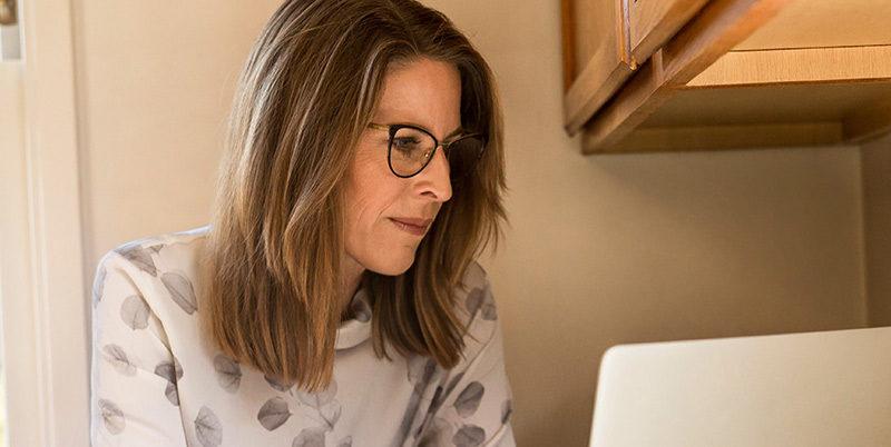 Chef eller specialist som söker nytt jobb på sin dator i köket. TNG ger dig tips om hur du hittar nästa jobb som chef/specialist.