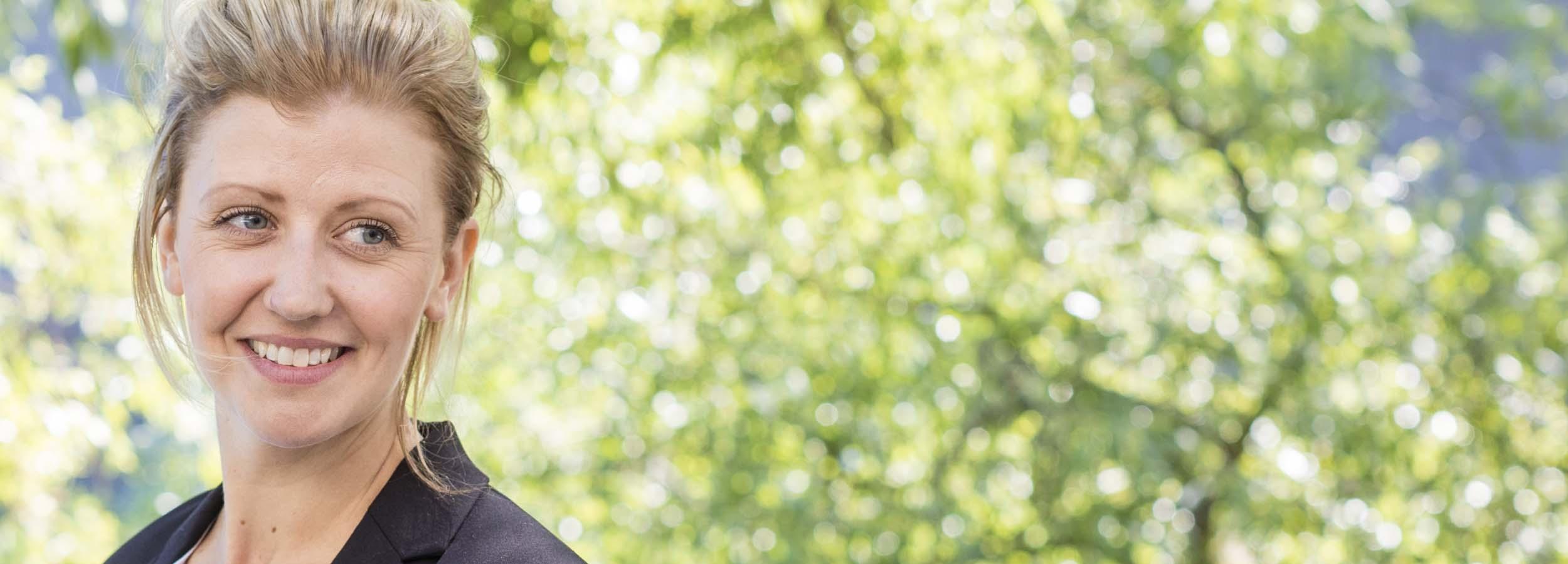 Bemanningsföretag som arbetar med fördomsfri bemanning och personaluthyrning Kvinna leende utomhus