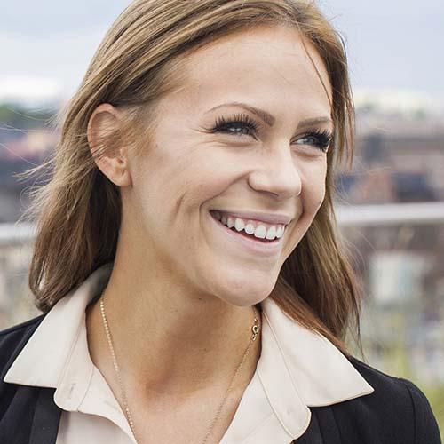 Johanna TNG ler