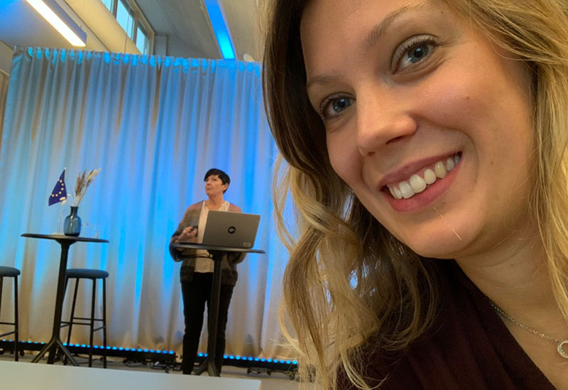 kvinna i förgrund kvinna föreläser distans fördomsfri rekrytering utbildning