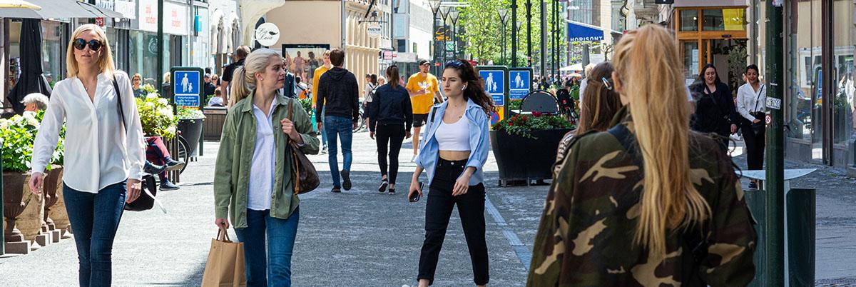 människor shoppar på stan detaljhandeln sverige