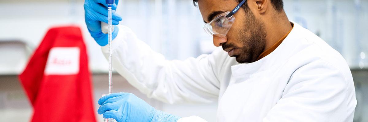 Ingenjör inom miljöteknik som har en karriär inom cleantech