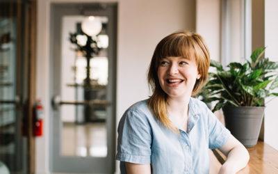 kvinna glad ler kontor växter rekryteringsbolag