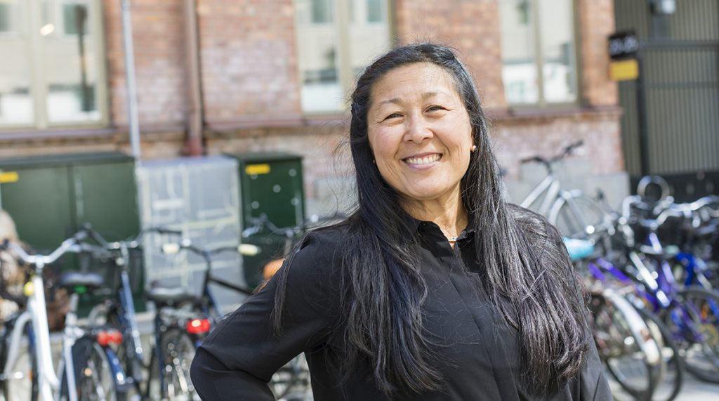 kvinna rekrytera fördomsfritt rekryteringsbolag byggnad