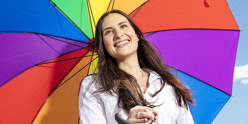 fördomsfri rekrytering glad kvinna färgglad paraply