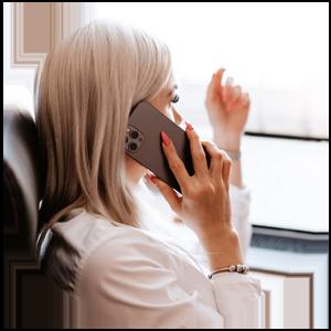 kandidat svarar på intervjufråga i telefon