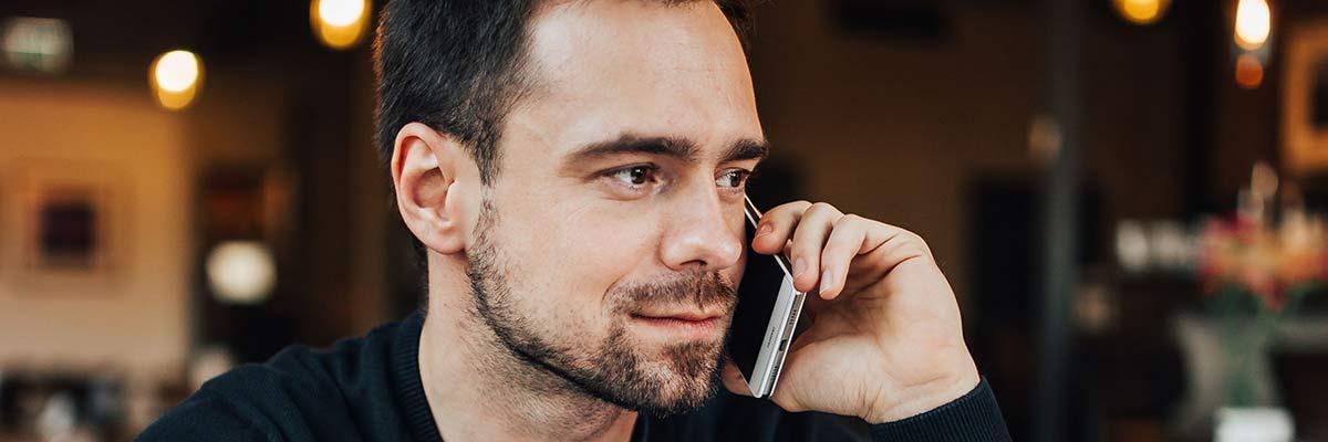 Kandidat svarar på vanliga intervjufrågor i telefon