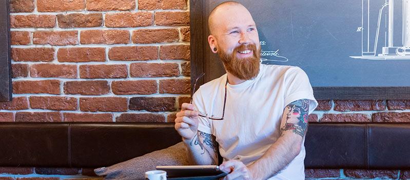 Talang sitter på ett café och väljer mellan olika arbetsgivares erbjudande