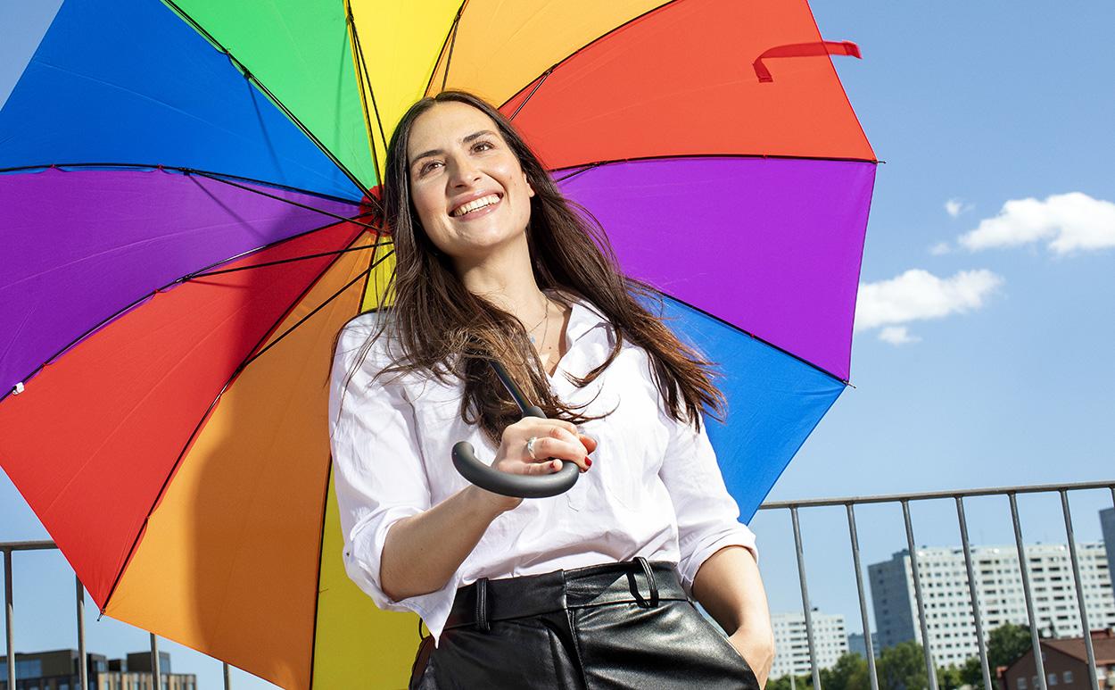 fördomsfri rekrytering kvinna paraply regnbågsfärger närmare